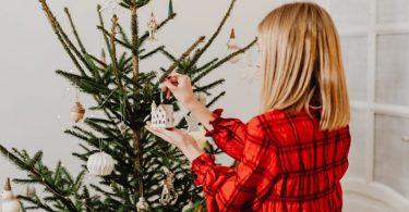 dame versiert kerstboom