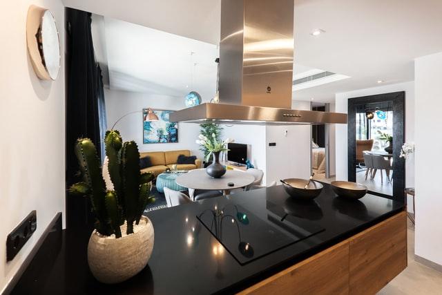 keuken met zwart blad