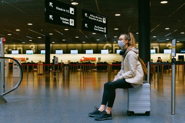 studentmet zit op koffer