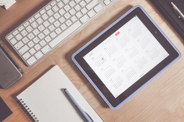 toetsenbord, tablet en schrijfwaren op bureau