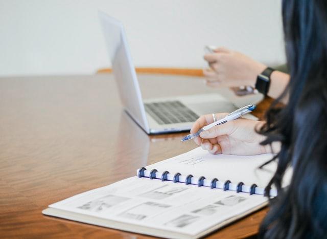 dame met agenda en laptop
