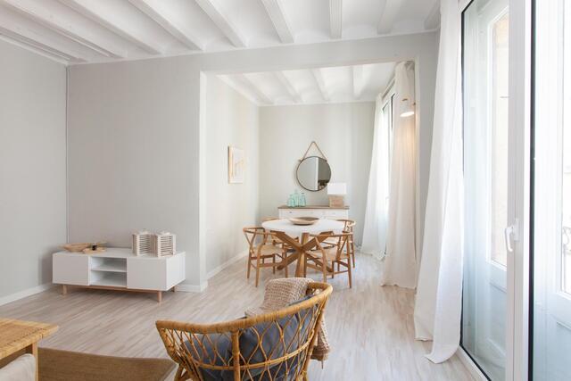 lichte woonkamer met rotan meubilair