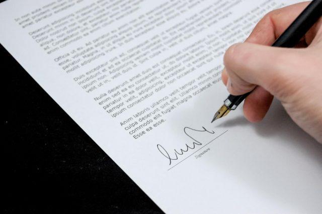 handtekening onder contract zetten