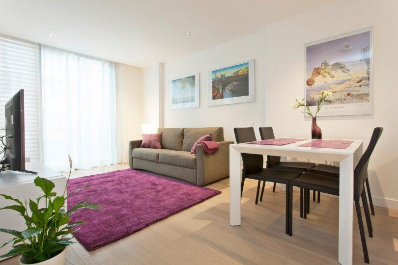 woonkamer met paars vloerkleed