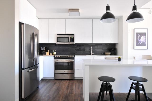 witte keuken met zwarte details