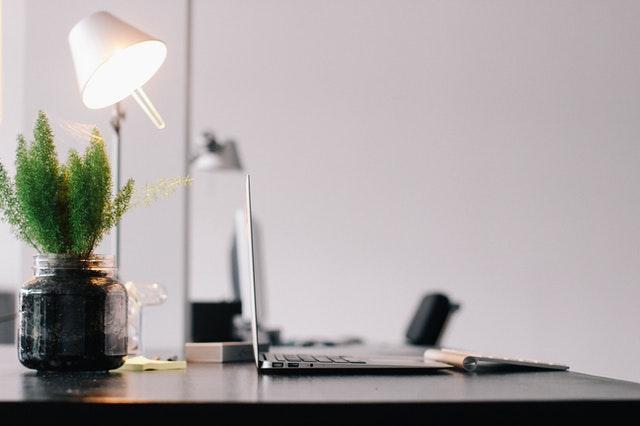 werkplek met lamp