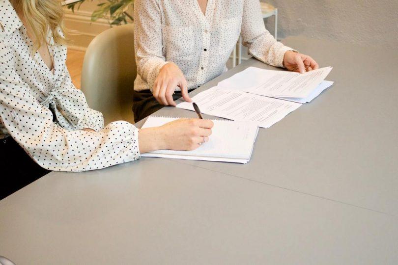 twee dames zitten met voorbeeld huurcontract