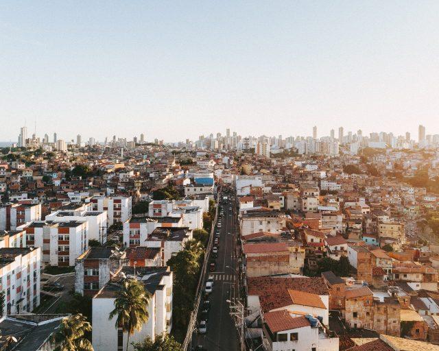 woonwijk en stad in de verte