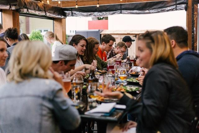 grote groep mensen eet samen