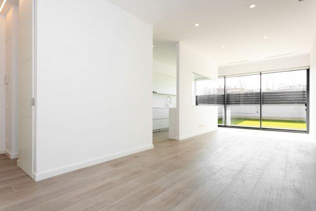 leeg appartement met terras