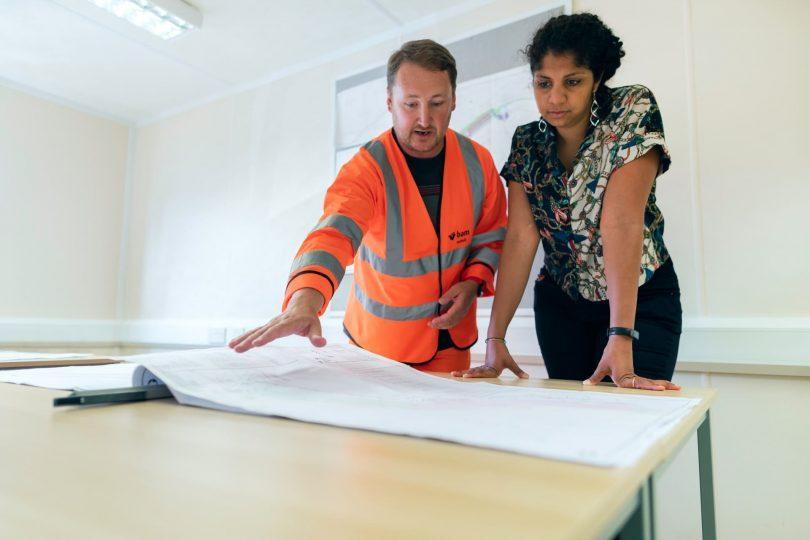 architect legt plan uit aan dame