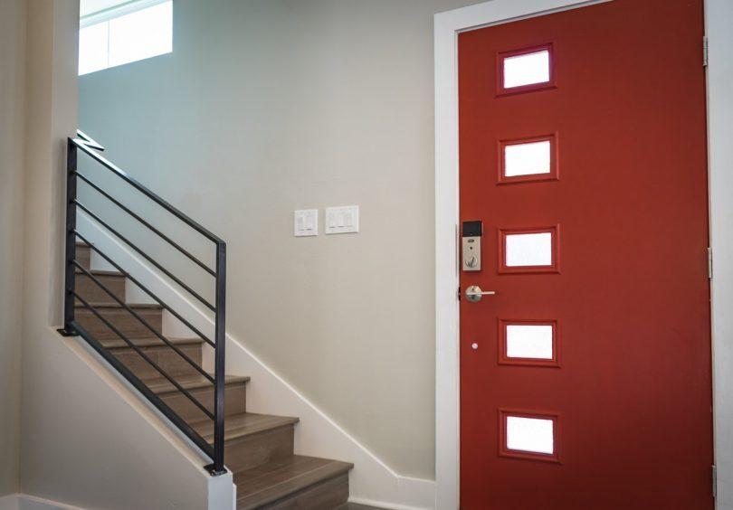 rode voordeur en trap