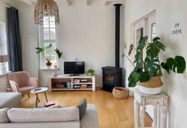 woonkamer met kachel
