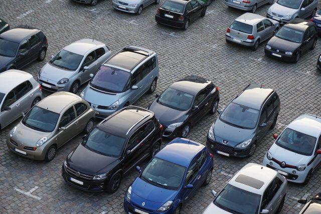 parkeerplaats met auto's