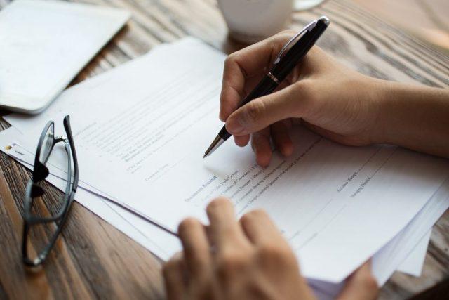 hand, pen en papieren ondertekenen