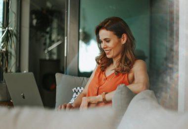 telewerken in barcelona - vrouw aan laptop
